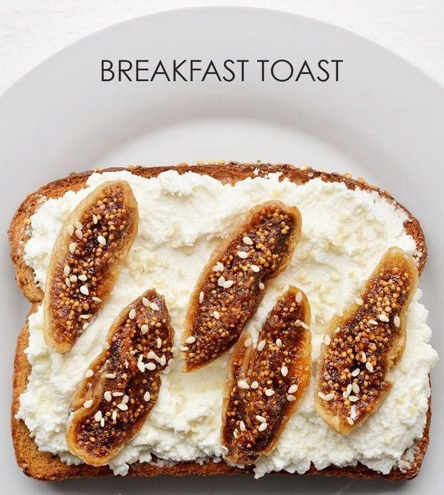 Намазываем сыр рикотта на хлеб, выкладываем сушеный инжир и посыпаем кунжутом.