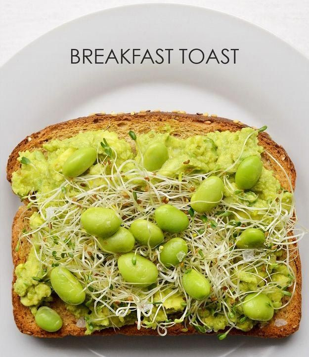 Намазываем на хлеб пюре из авокадо, выкладываем сверху соевые бобы и ростки, сбрызгиваем лимонным соком.