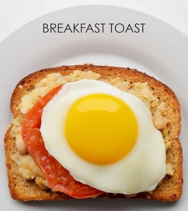 Накладываем на хлеб пюре из нута, кладем сверху ломтик помидора и жареное яйцо.