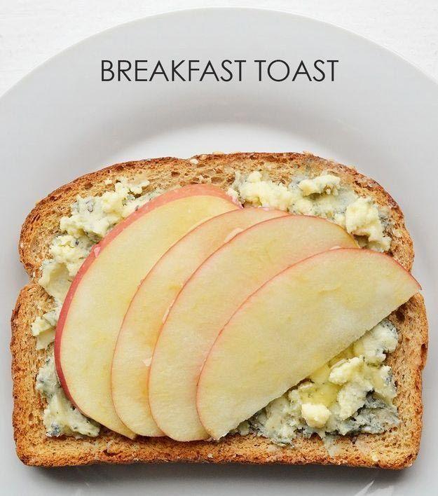 Голубой сыр намазываем на хлеб, кладем кусочки яблока и поливаем медом.