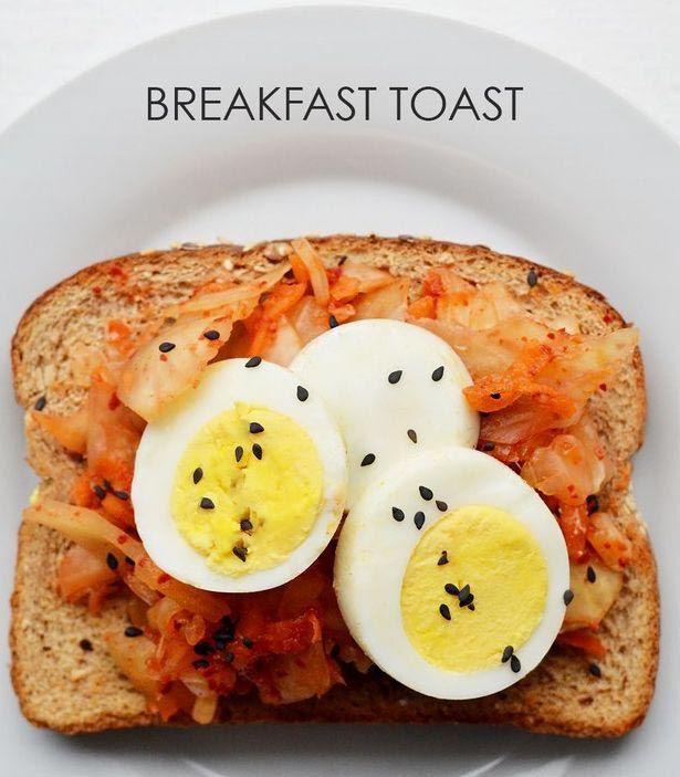 На хлеб выкладываем кимчи, нарезанное дольками вареное яйцо и посыпаем черным кунжутом.