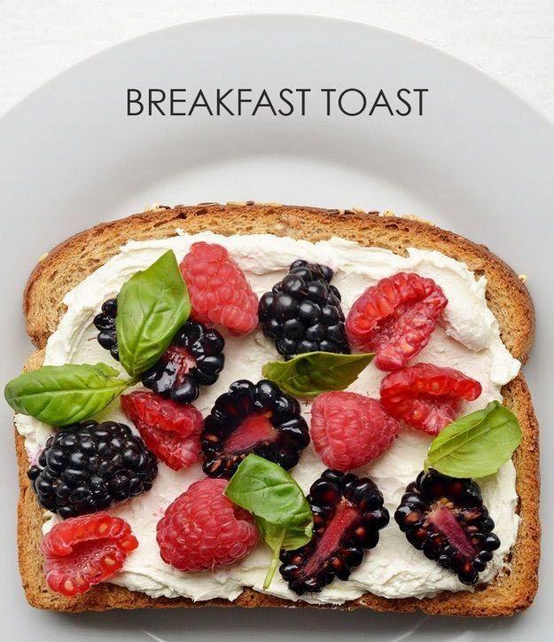 Мажем хлеб сливочным сыром, укладываем на него ягоды малины, ежевики и листья базилика.