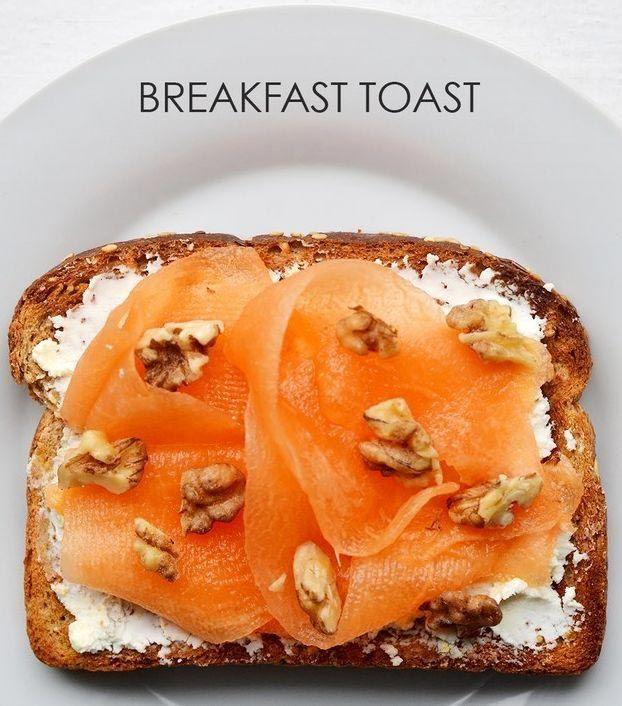 Мажем хлеб козьим сыром и кладем сверху агаву и кусочки грецкого ореха.