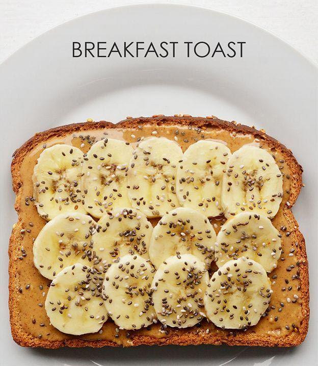 Намазываем на хлеб арахисовое масло и выкладываем нарезанный тонкими ломтиками банан, посыпаем семенами чиа.