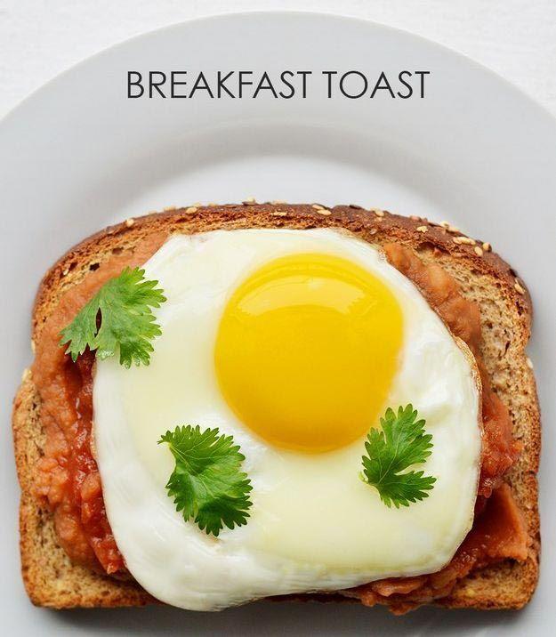 Выкладываем на хлеб тушеную в соусе сальса фасоль, кладем сверху жареное яйцо и посыпаем кориандром.