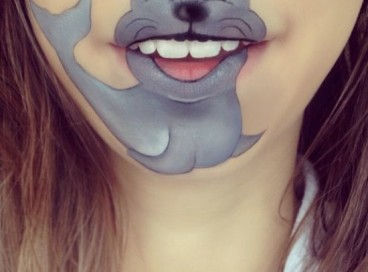 Любительница креативно красить губы