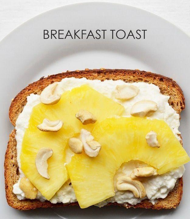 Намазываем творог на хлеб, выкладываем ломтики ананаса и посыпаем орешками кешью.