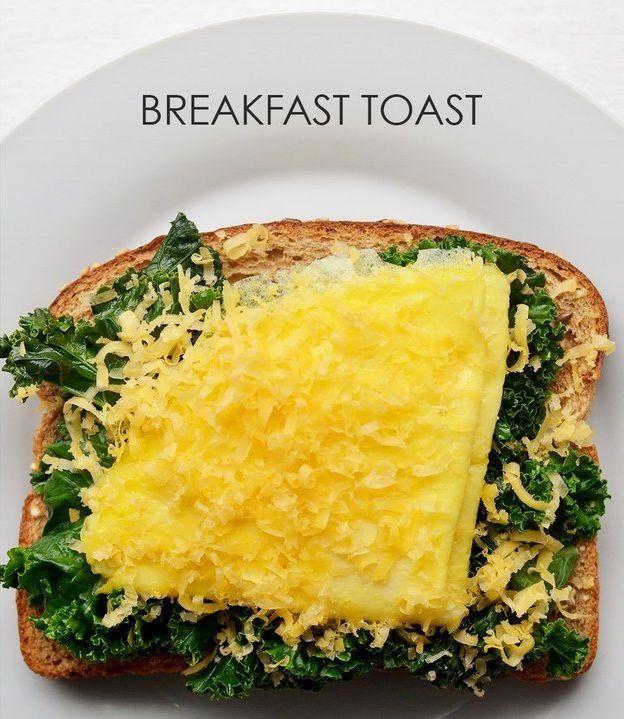 На хлеб кладем чуть поджаренную капусту кале, свернутый блинчик омлета из одного яйца и посыпаем тертым сыром.