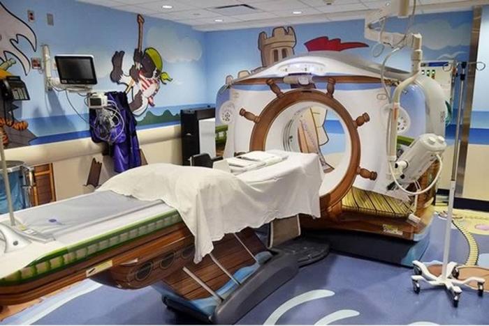 2. Аппарат МРТ в пиратской тематике (Нью-Йоркская детская больница)