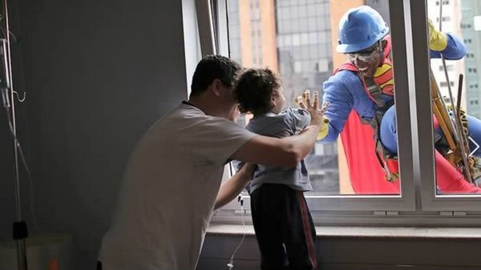 3. Мойщики окон в костюмах супергероев (больница Sabará Infantil, Сан-Паулу)