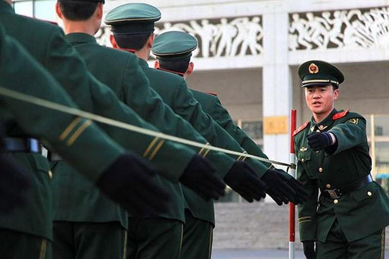 Для обучения новичков в военной полиции используют натянутую между шестами проволоку, для того чтобы научить их поднимать руку во время марша строго до определенной высоты.