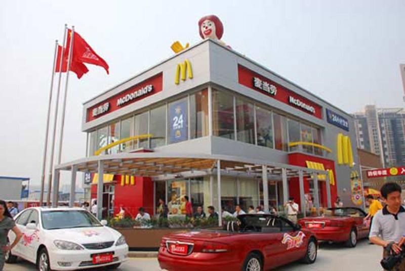 Китайцы покупают в «Макдональдс» еду из машины, но не увозят с собой, а заходят в ресторан и принимаются за трапезу.