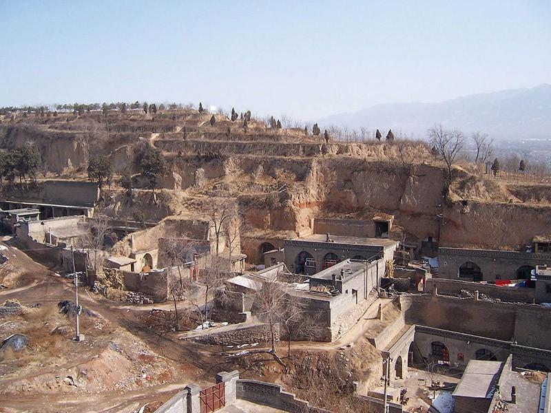 В Китае есть целые города пещерных домов, которые называются яодун. В них живет 30 000 000 человек, это больше, чем проживающих на всем континенте Австралии.