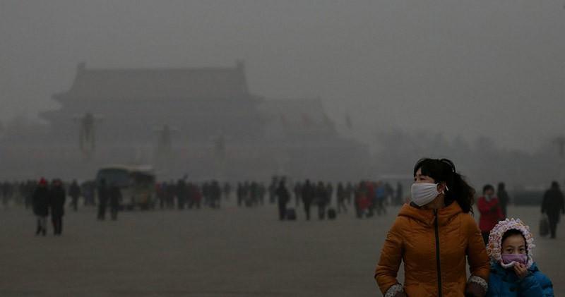 Жители Пекина, вдыхая городской воздух, портят свое здоровье настолько же, насколько курильщик, выкуривающий пачку сигарет ежедневно.